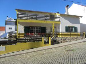 Moradia independente na rua dos Pinhos, 19